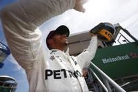 Lewis Hamilton, Mercedes AMG F1, pole rekorunu egale ettiğinde kendisine hediye edilen Ayrton Senna kaskı ile
