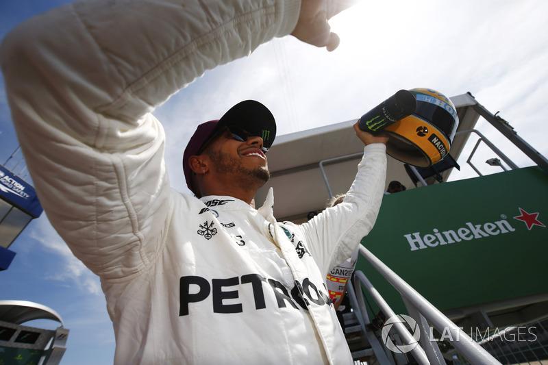 Lewis Hamilton, Mercedes AMG F1, muestra su casco de Ayrton Senna, un regalo después de igualar el récord de poles del brasileño