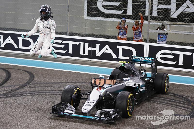 Segundo lugar Nico Rosberg, Mercedes AMG F1 W07 Hybrid celebra su campeonato del mundo 2016 al final