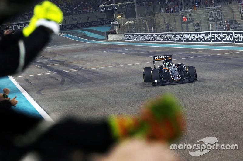 Nico Hulkenberg, Sahara Force India F1 VJM09 celebra el cuarto lugar en el Campeonato de constructores como le pasa al equipo en el final de la carrera