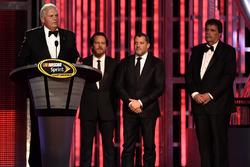 Rick Hendrick, músico Edddie Vedder, Tony Stewart y NASCAR Vicepresidente de la Junta Mike Helton