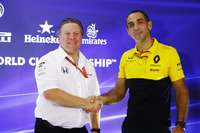 Zak Brown, directeur exécutif du McLaren Technology Group, Cyril Abiteboul, directeur général de Renault Sport F1 Team, se serrent les mains dans le paddock