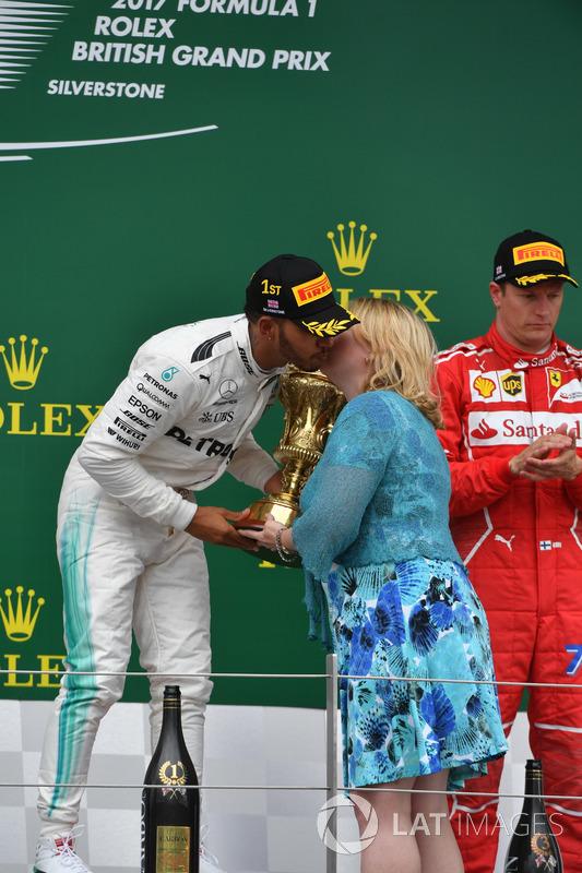 Lewis Hamilton, Mercedes AMG F1 recibe el trofeo de los ganadores de Karen Bradley MP, Secretaria de