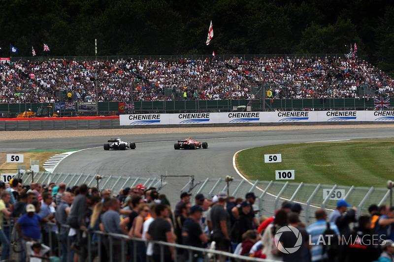 Las multitudes de fans ven la carrera en Silverstone