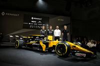 Nico Hulkenberg, Renault Sport F1 Team con Jolyon Palmer, Renault Sport F1 Team; Cyril Abiteboul, Renault Sport F1 Gerente; Serguei Sirotkin, Renault Sport F1 Team tercer piloto y los Renault Sport F1 Team RS17