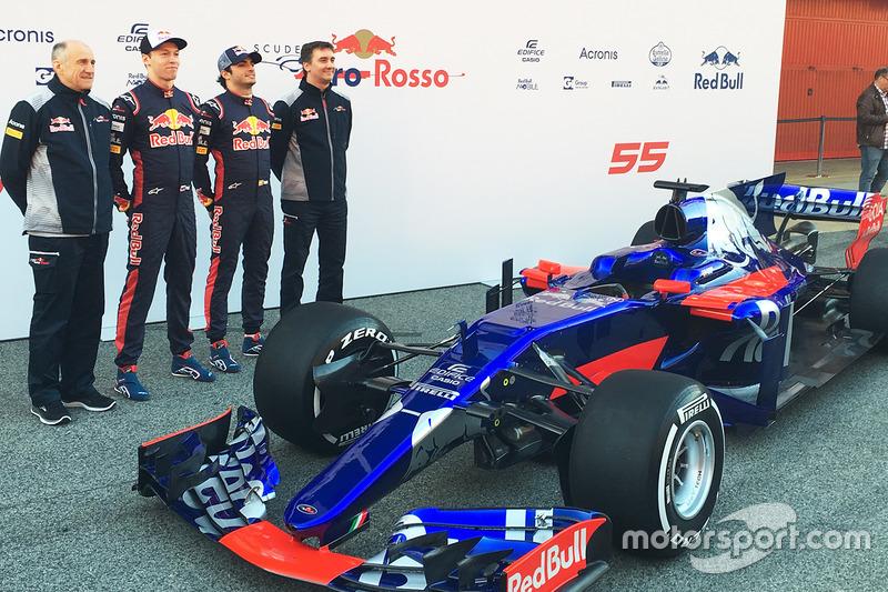 Een groepsfoto met van links naar rechts: Franz Tost, Scuderia Toro Rosso Team Principal; Daniil Kvyat; Carlos Sainz Jr; James Key, Scuderia Toro Rosso Technical Director