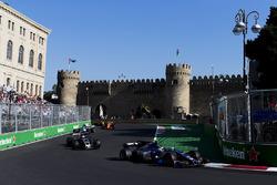 Паскаль Верляйн, Sauber C36, и Ромен Грожан, Haas F1 Team VF-17