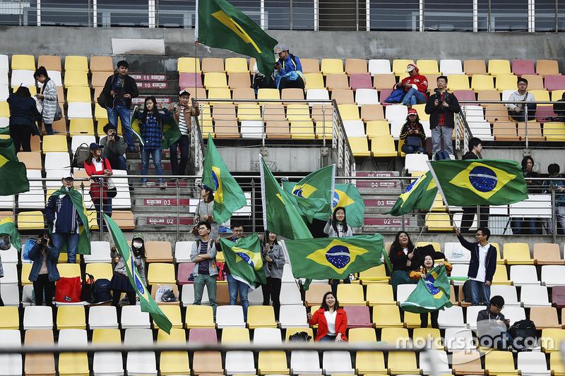 Los hinchas chinos ondean banderas brasileñas