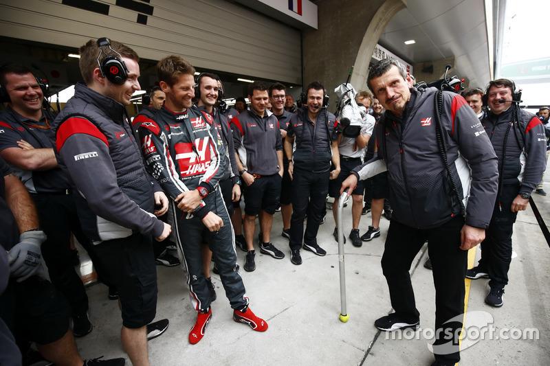 Керівник Haas F1 Team святкує 52-й день народження із Haas F1 Team, у тому числі із Роменом Грожаном