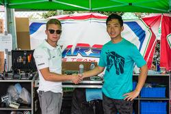2015年FIA-CIK KF世锦赛冠军卡罗·巴兹(左)与张昊鹏达成合作关系