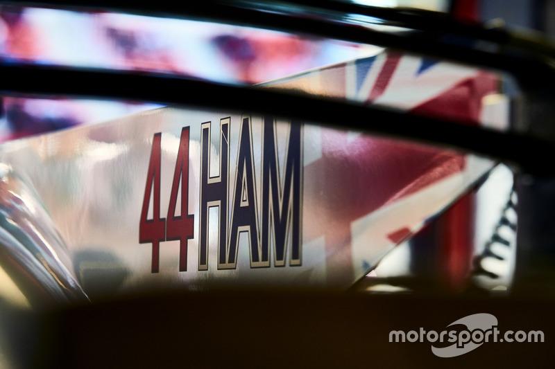 Номер и имя на Mercedes AMG F1 W08 Льюиса Хэмилтона