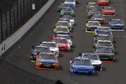 Start: Kyle Busch, Joe Gibbs Racing Toyota, Elliott Sadler, JR Motorsports Chevrolet