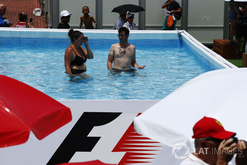 Swimming Pool Fans : Fans in a swimming pool at malaysian gp