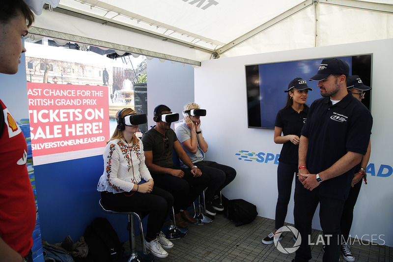 Fans try out VR headsets