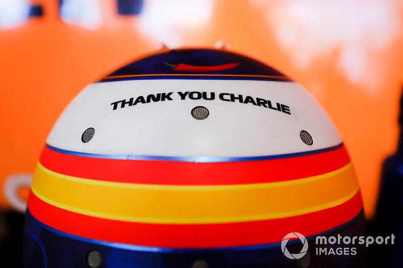 Carlos Sainz rend hommage à Charlie Whiting sur son casque