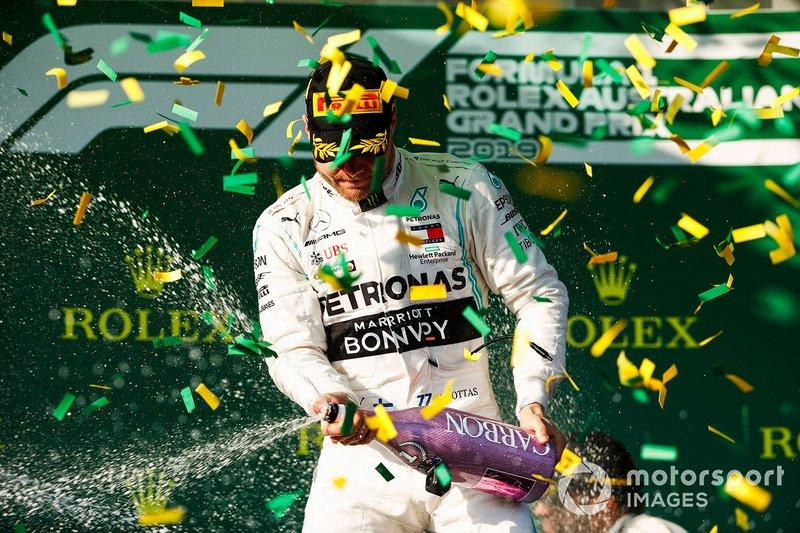 Valtteri Bottas, Mercedes AMG F1 celebra en el podio con el champagne