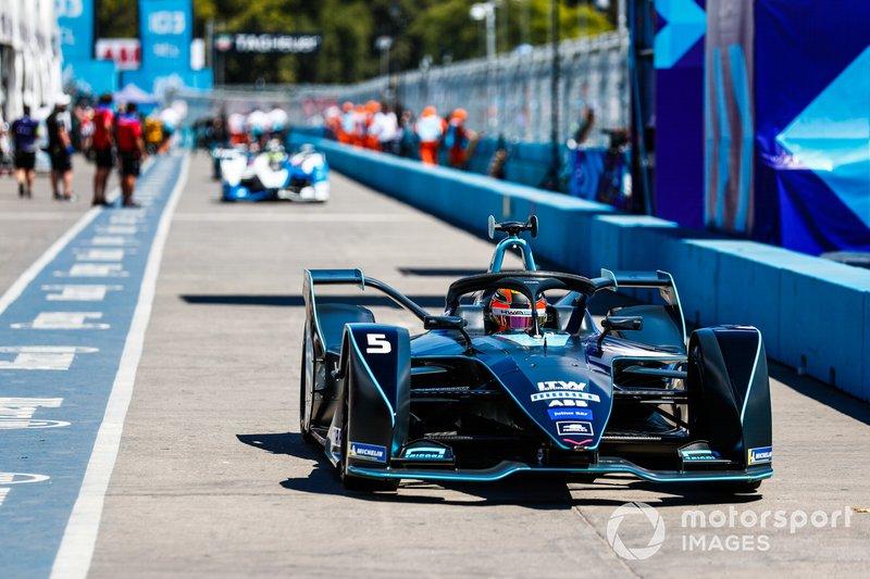Stoffel Vandoorne, HWA Racelab, VFE-05, pit lane