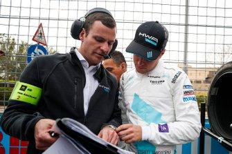 Stoffel Vandoorne, HWA Racelab talks with his engineer on the grid