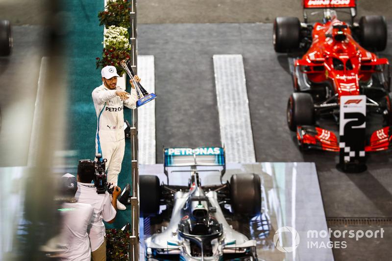 Lewis Hamilton, Mercedes AMG F1, avec son trophée sur le podium