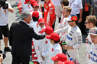 Chase Carey, Chief Executive Officer ed Executive Chairman del Formula One Group e Sergio Perez, Racing Point Force India, in griglia di partenza