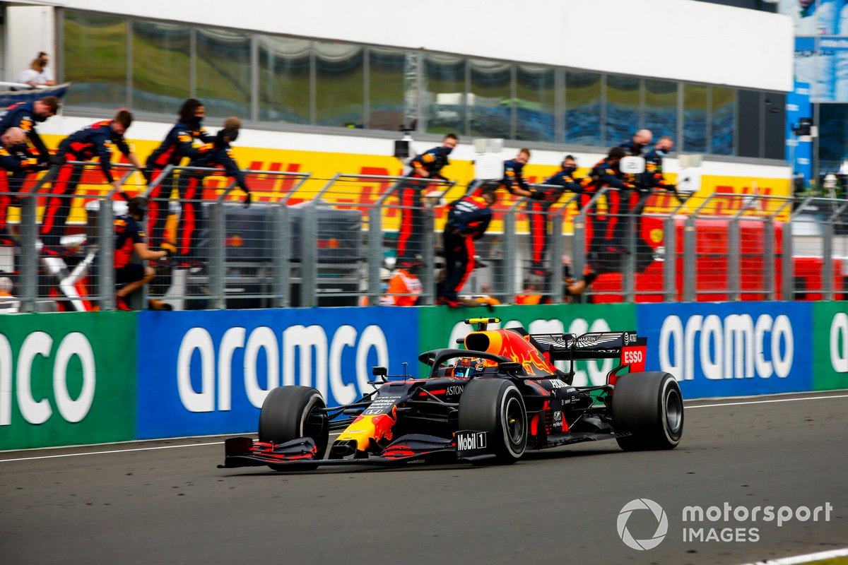 Max Verstappen, Red Bull Racing RB16 crosses the finish line with his team celebrating