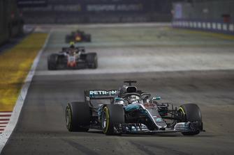 Lewis Hamilton, Mercedes AMG F1 W09 EQ Power+, devant Kevin Magnussen, Haas F1 Team VF-18, et Max Verstappen, Red Bull Racing RB14
