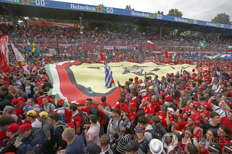 Fans con una bandera gigante de Ferrari