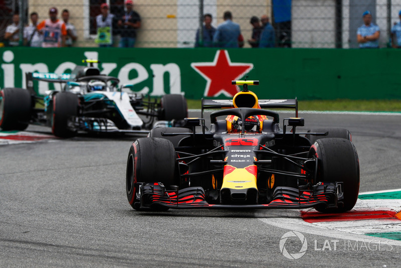 Max Verstappen, Red Bull Racing RB14, y Valtteri Bottas, Mercedes AMG F1 W09