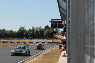 Daniel Lloyd, WestCoast Racing, Volkswagen Golf GTI TCR, davanti ad Ollie Taylor, Pyro Motorsports, Honda Civic Type R TCR FK7