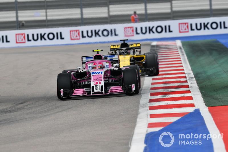 Esteban Ocon, Racing Point Force India VJM11 ve Nico Hulkenberg, Renault Sport F1 Team R.S. 18