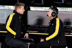 Гонщик Renault Sport F1 Нико Хюлькенберг и технический директор команды по шасси Ник Честер