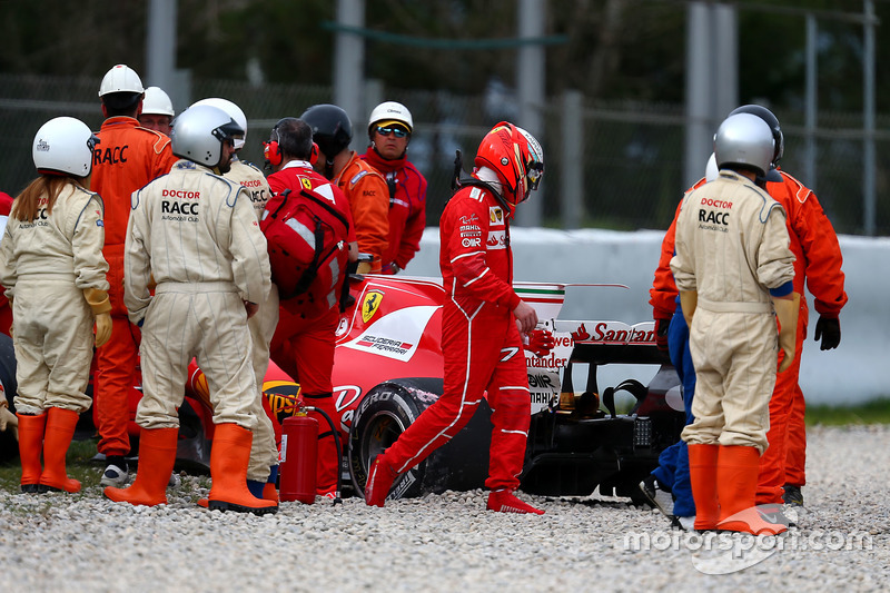 Kimi Raikkonen, Ferrari SF70H, usai kecelakaan