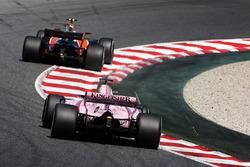 Stoffel Vandoorne, McLaren MCL32, Sergio Pérez, Sahara Force India F1 VJM10