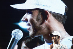 Lewis Hamilton, Mercedes AMG F1, sur scène dans la Fanzone