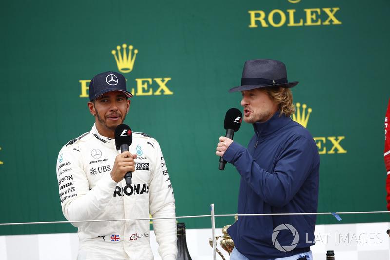 Ganador de la carrera Lewis Hamilton, Mercedes AMG F1, en el podio las entrevistas del actor Owen Wilson