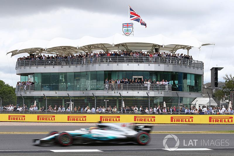 ЛЬюіс Хемілтон (Mercedes AMG) на фоні клубу BRDC
