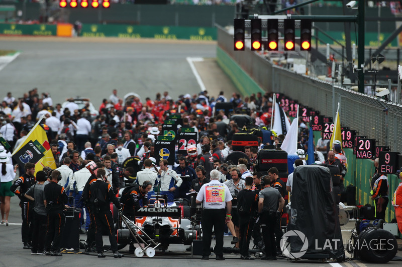 The busy pre-race grid