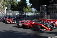 Kimi Raikkonen, Ferrari SF70H ve Valtteri Bottas, Mercedes AMG F1 F1 W08