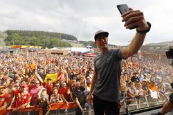 Temporada 2017 F1-belgian-gp-2017-stoffel-vandoorne-mclaren-takes-a-photo-of-himself-with-the-crowd-behin