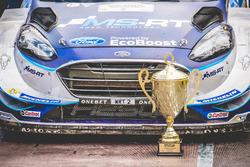 Auto von Ott Tänak, Martin Järveoja, Ford Fiesta WRC, M-Sport, mit der Trophäe
