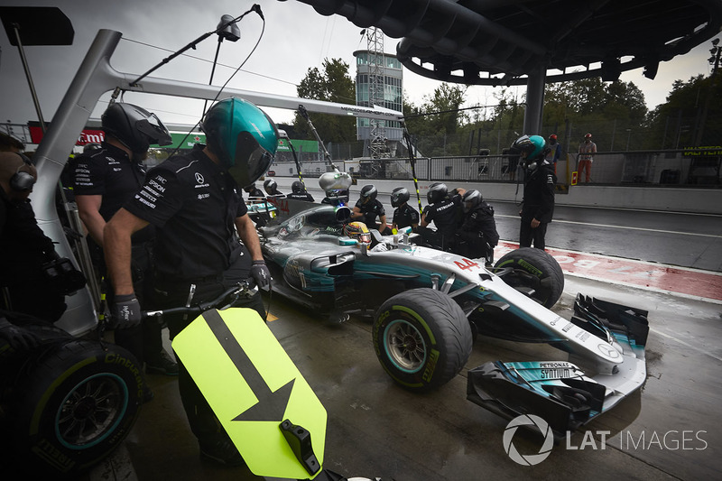 Lewis Hamilton, Mercedes AMG F1 W08, pit stop action during Qualifying
