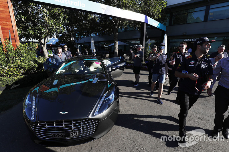 Даніель Ріккардо, Red Bull Racing, Макс Ферстаппен, Red Bull, заходять на територію треку, у той час коли Крістіан Хорнер, керівник Red Bull Racing Team, заїжджає на своєму Aston Martin