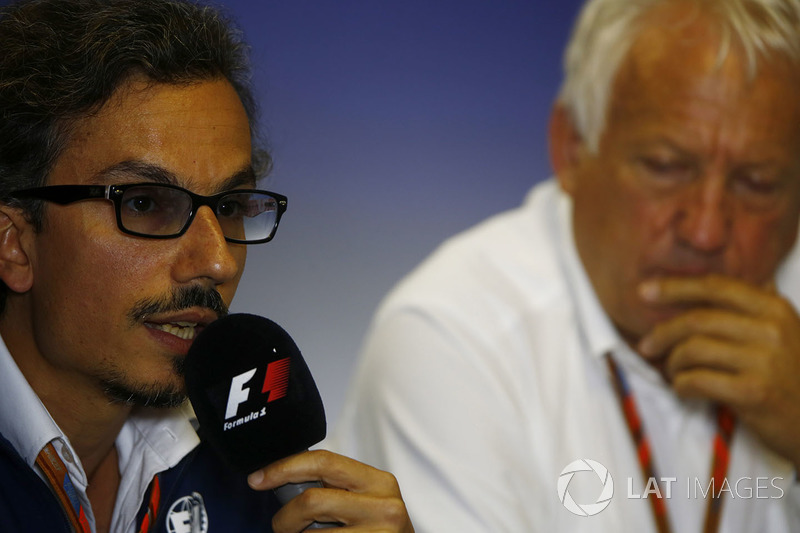 Laurent Mekies, Director de carrera adjunta de F1, FIA, Charlie Whiting, Director de la carrera del