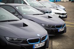 Des BMW i8 dans le paddock