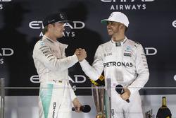 EL campeón del Mundo Nico Rosberg, de Mercedes AMG F1 estrecha las manos con su compañero ganado de