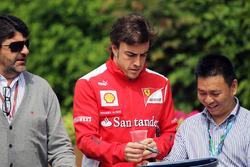 Luis Garcia Abad con Fernando Alonso, Ferrari firman autógrafos