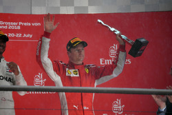 Kimi Raikkonen festeggia sul podio con il trofeo