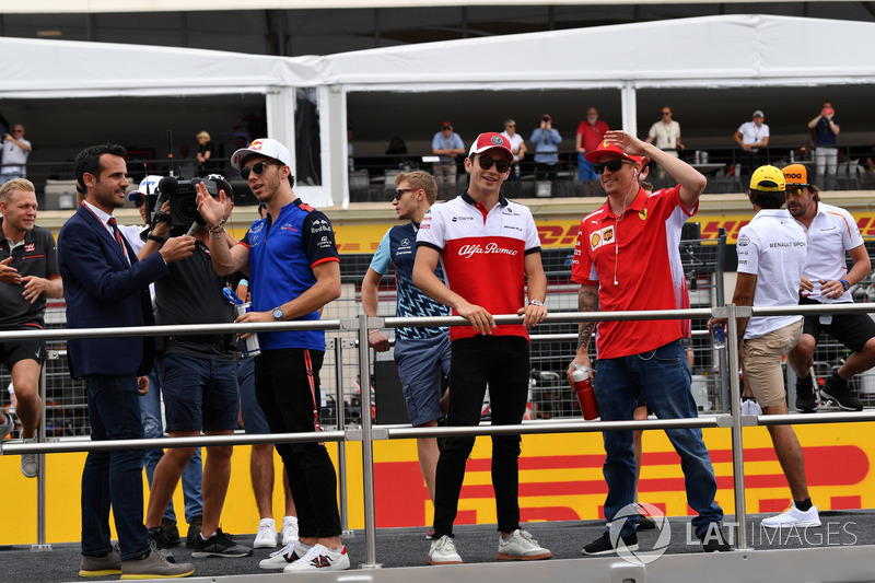 Charles Leclerc, Sauber, Kimi Raikkonen, Ferrari, nella drivers parade
