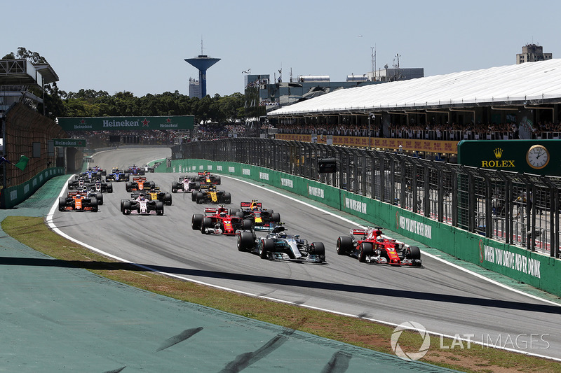 Valtteri Bottas, Mercedes-Benz F1 W08 ve Sebastian Vettel, Ferrari SF70H startta mücadele ediyor