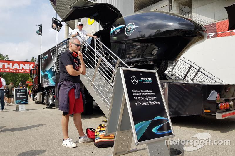 Mengitari satu putaran Silverstone bersama Lewis Hamilton